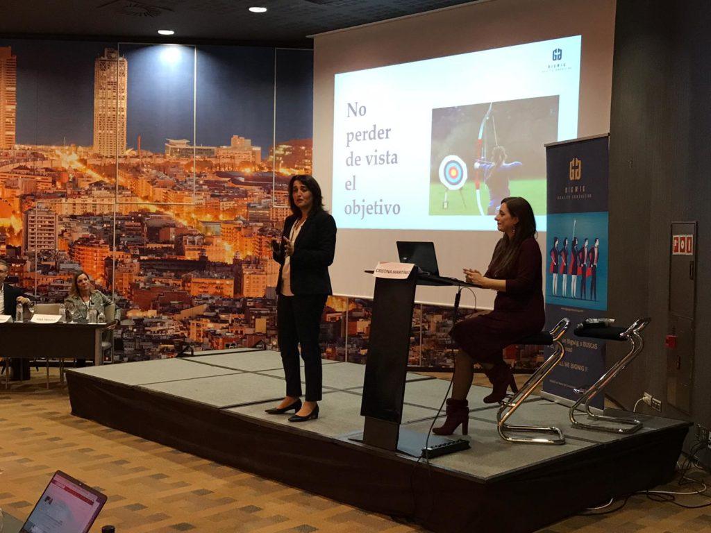 Lourdes López, consultora de comunicación, junto a Cristina Martínez, explica la importancia del lenguaje no verbal.
